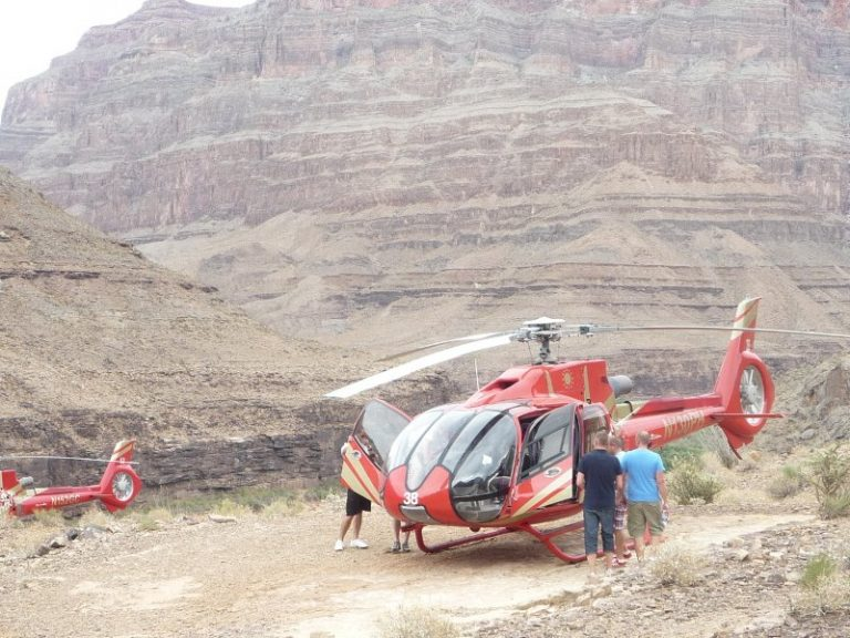 Flyga helikopter över Grand Canyon