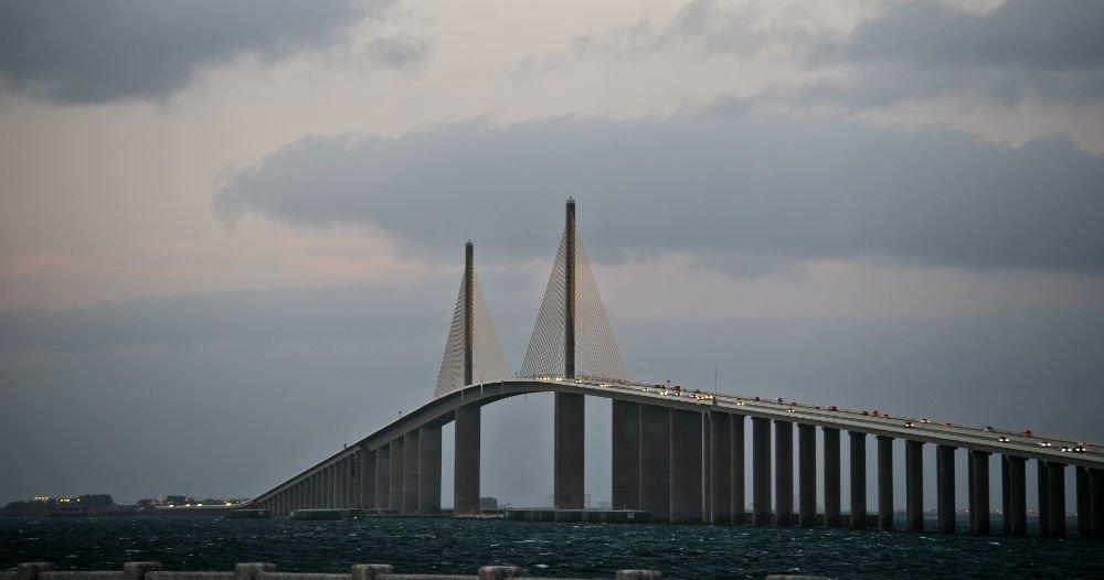 Köra bil över broarna i Tampa Bay