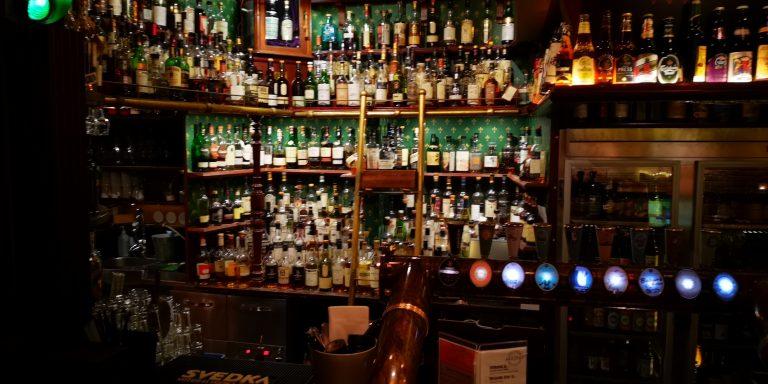 400 whiskeysorter och en vägg med öl