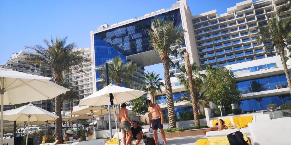 Strand och hotell i bakgrunden, Dubai - Resesdian.se